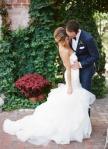 hvit brudekjole og blå dress1